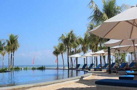 Die Aussicht über den Pool vom Mahagini Resort zum Strand